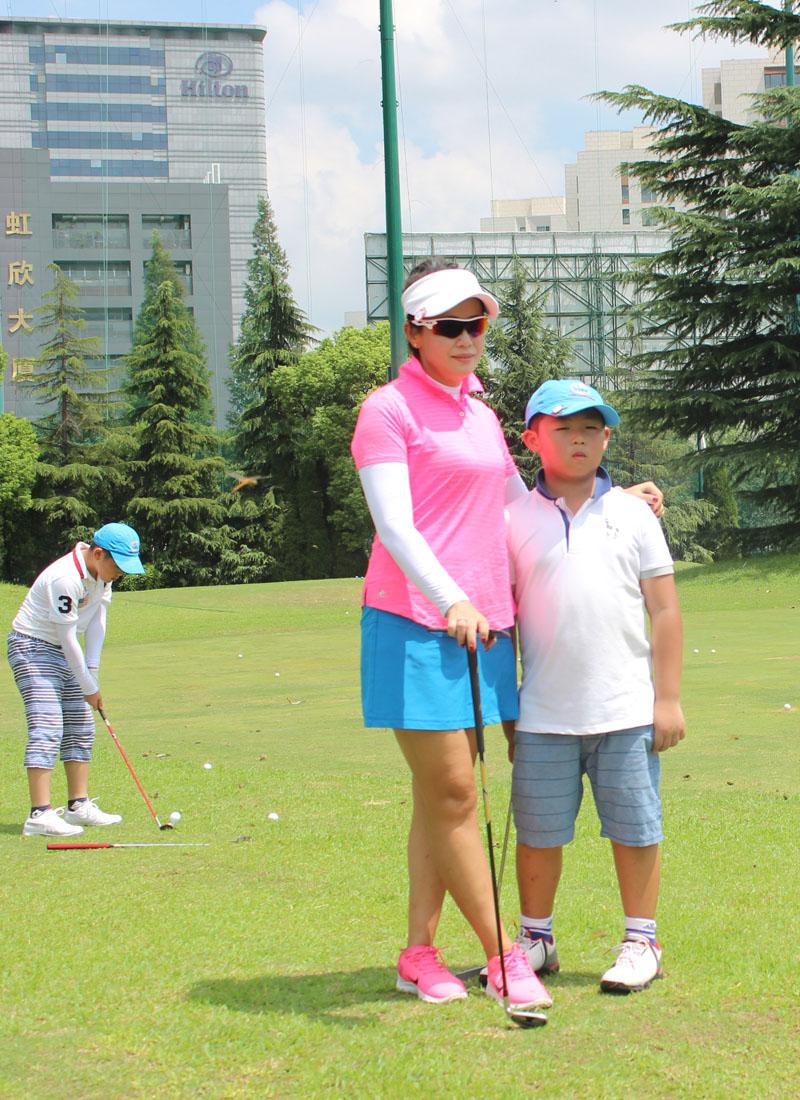 赛前合影   美望体育讯 北京时间8月27日,由深圳市美望体育发展有限公司主办的2017年USKG(东部)青少年高尔夫例赛第一次比赛在上海虹桥高尔夫俱乐部举行,赛事得到上海虹桥高尔夫俱乐部团队和上海蓝际体育管理有限公司团队大力支持。比赛也得到了上海市及周边地区青少年球手及家长们的积极参与。非常感谢参与赛事的工作人员及家长选手们!   比赛分3个组别,13-17岁组和9-12岁组采取两轮共18洞比赛,8岁及8岁以下组打一轮9洞。经过激烈的比拼后,商又匀以75杆获得13-17岁组冠军,王晨皓以70杆摘得9-