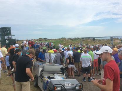 人山人海的高尔夫球迷